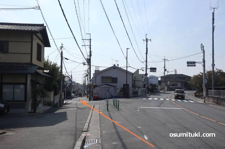 仁和寺前交差点のひとつ手前にある信号を左へ入ったところにお店があります