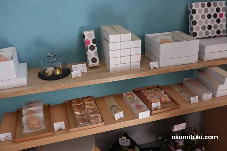 御室和菓子 いと達 の店内、和菓子が4種類売られていました