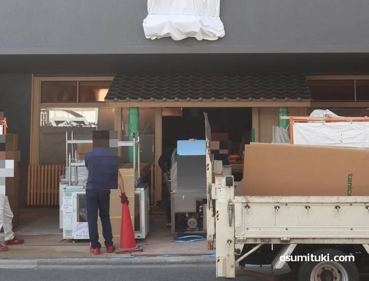 桃花春新店舗(金閣寺)は入って大きな厨房とカウンターが見えました