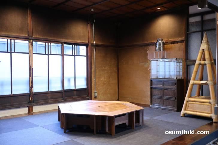 二階も広いスペースがあり、テーブルにソファ席がありました