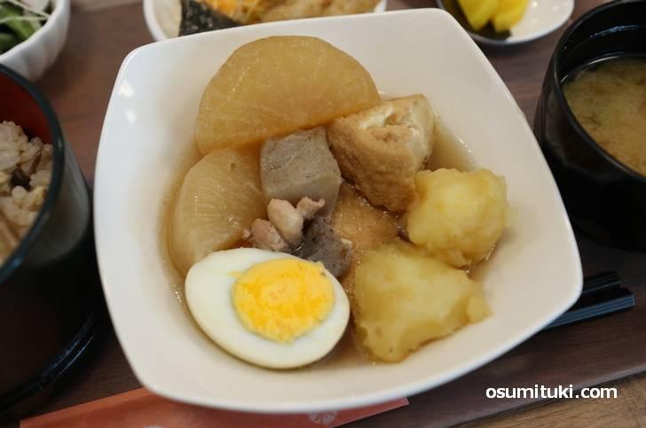 玉子に大根に厚揚げとジャガイモにコンニャクの煮物