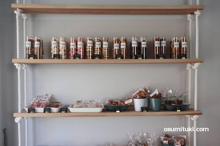 店内にはクッキーやチーズケーキ、フルーツカップが並んでいます