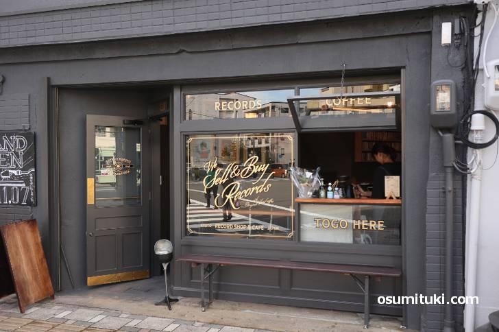 七条河原町の交差点で一番目立っているお店です(DAVADA COFFEE&RECORDS)