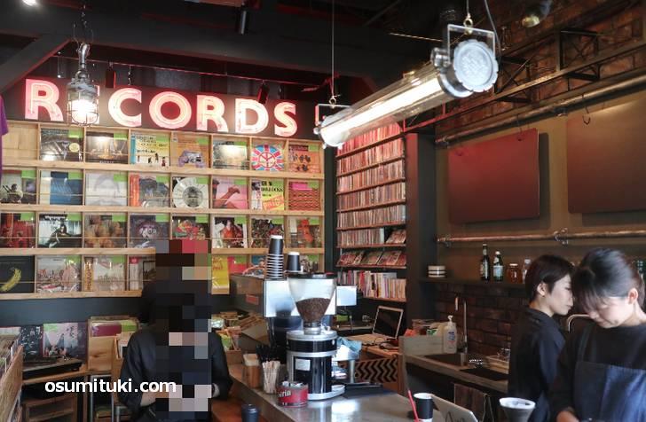 店内にはレコードやCDがたくさん(DAVADA COFFEE&RECORDS)