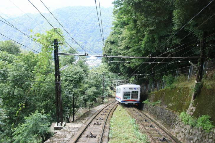 比叡山のケーブルカーには停まらない駅がある