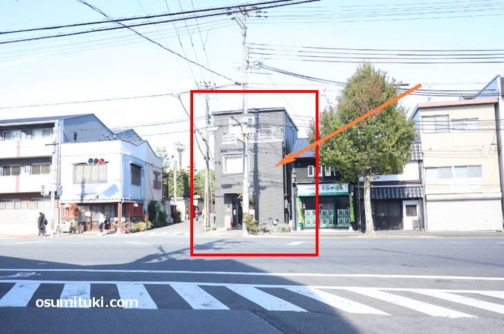 建勲神社の鳥居がある通りを北へ行くとあります