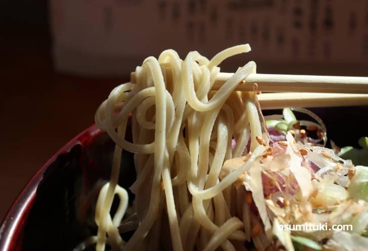 太めに切られた蕎麦は軽いコシで食べやすい