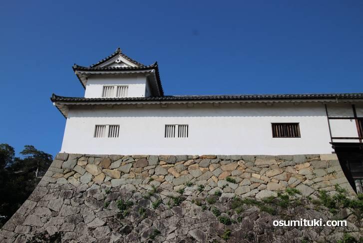 入口の左側にも櫓があります(天秤櫓)