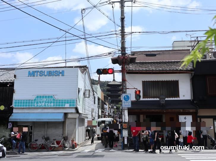 八坂の塔が見える「八坂通り」を入ってすぐ左に「スピングルムーヴ京都店」があります