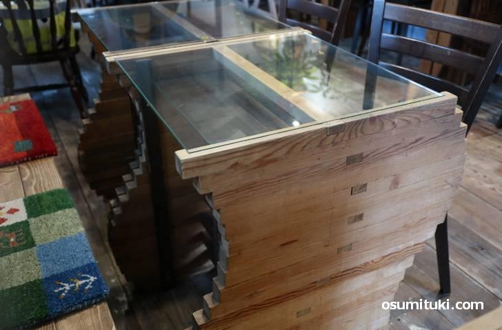 木製テーブルも曲線を活かした独特のデザインです