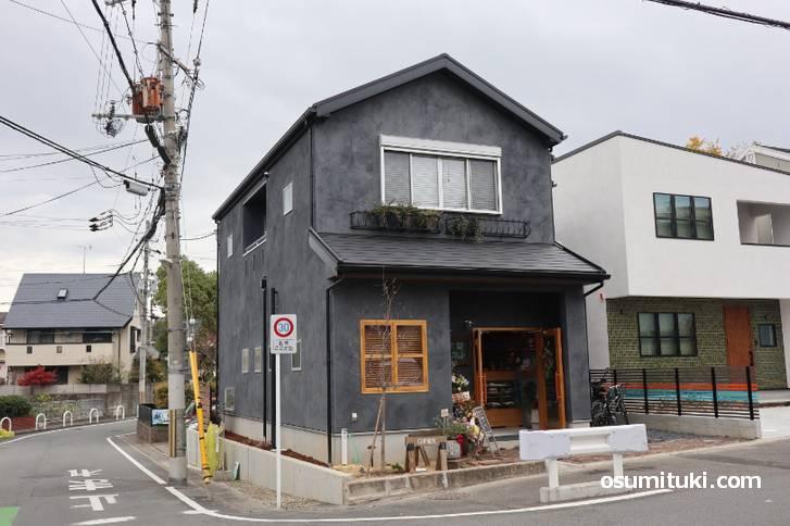 JR奈良線「城陽駅」から徒歩1分という駅チカのカフェ