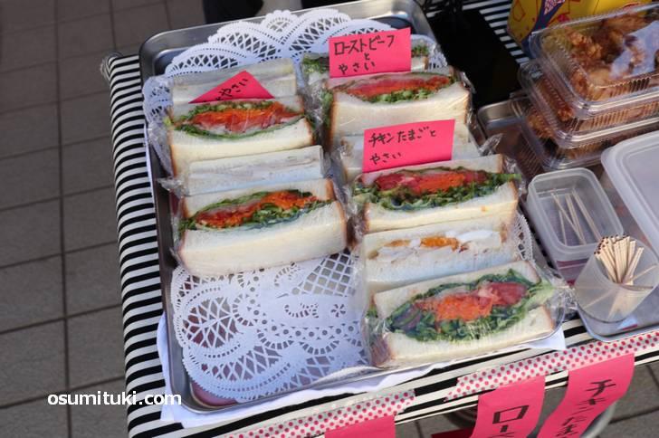 野菜&お肉のサンドイッチが店頭で販売されていました(ちょっとフランス)