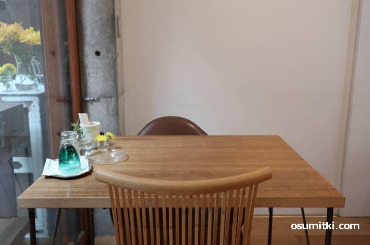 一番奥は厨房とカフェスペース