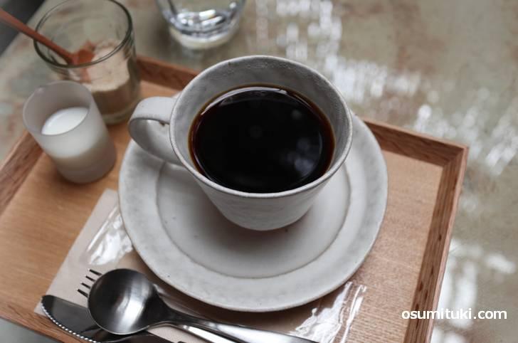 珈琲は深煎り、てんさい糖とミルクで