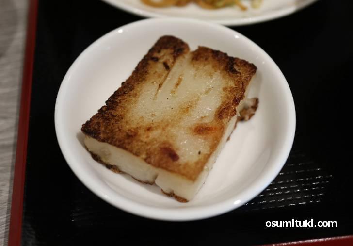大根餅は豆板醤をつけて食べます