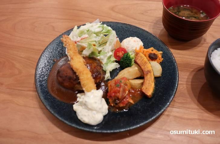 ハンバーグ+海老フライ+チキンソテーにライスと味噌汁がついています