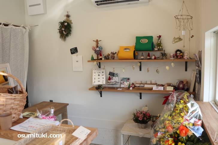 店内では雑貨とシフォンケーキが販売されていました