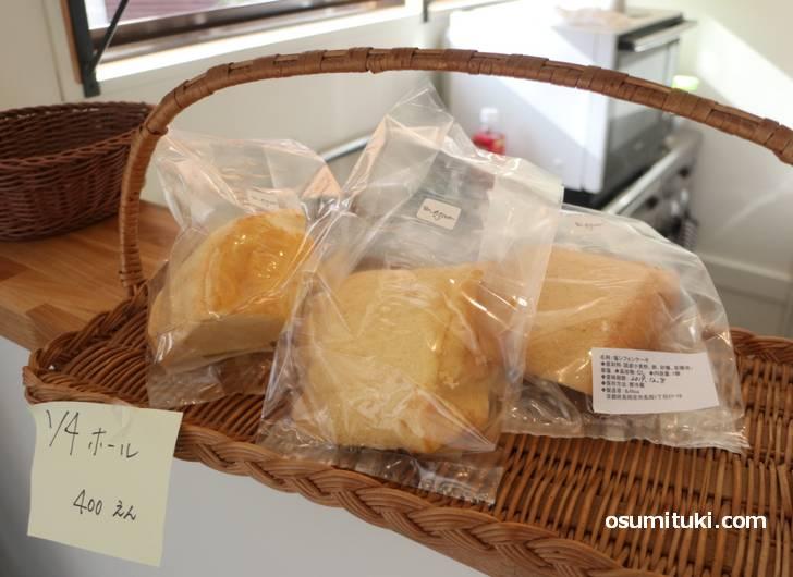 シフォンケーキは1カット200円、1/4ホールが400円