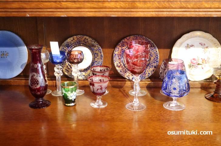 美しい器や皿などが並んでいます