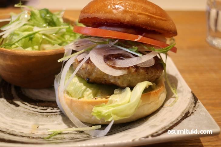 京都ぽーく100%のハンバーガーは厚みがありま