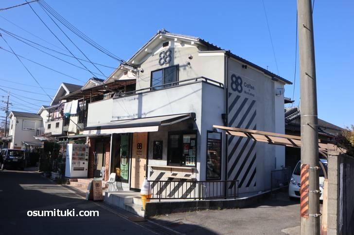 88coffee.+workshop は同志社前駅と興戸駅の間にあります