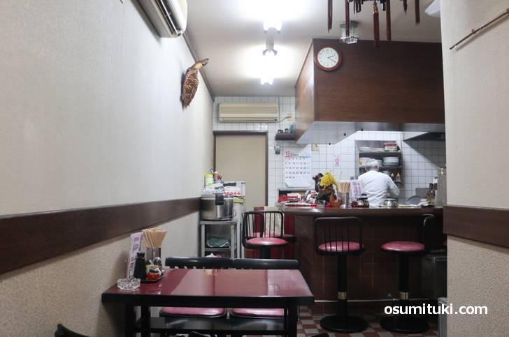山科区の住宅街の奥にある「中国料理 瑞秦」さん、名店っぽい雰囲気が漂う店内
