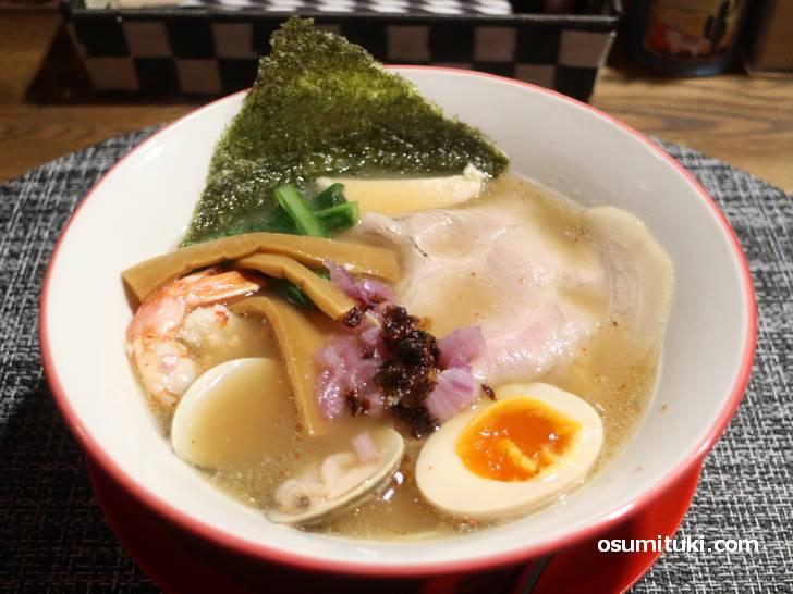 魚介黒潮ラーメンは鯛(たい)&鮪(まぐろ)のダブルスープで濃厚な旨味のラーメン