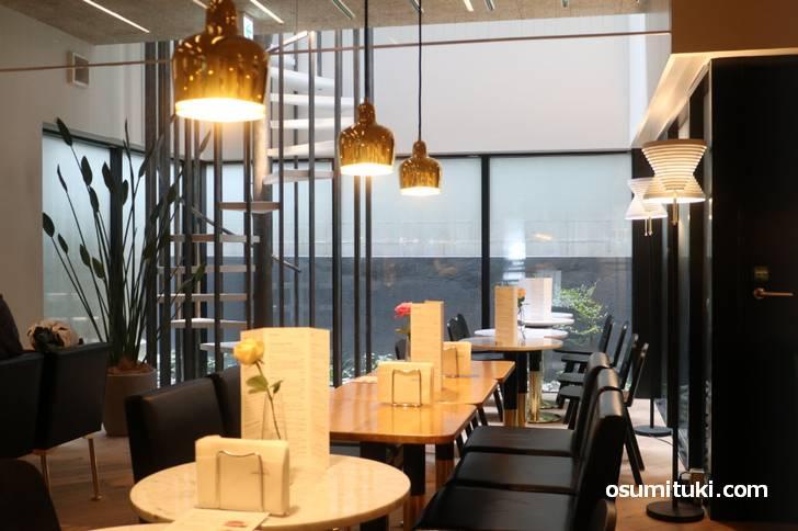 テーブルやライトなどはフィンランドの世界的建築家アルヴァ・アアルトがデザインしたもの