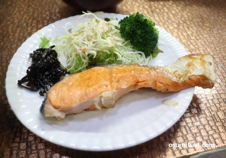 大きな鮭でご飯をかきこみます