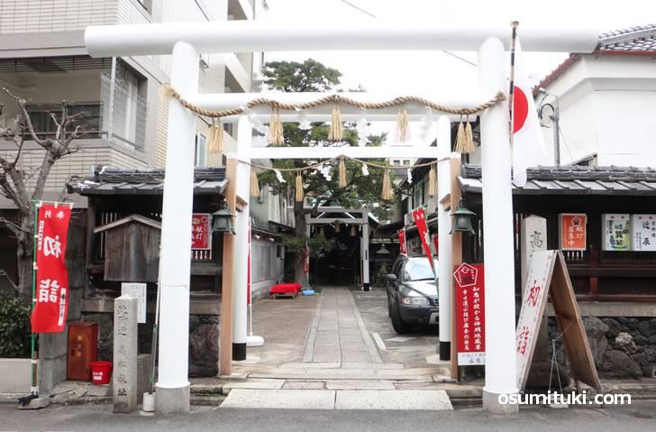 京都の高松神明神社、真っ白い鳥居が印象的です