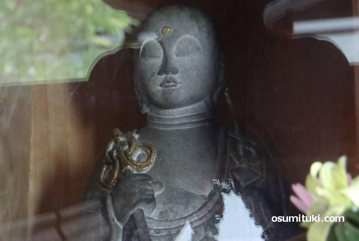 右手には鍮杖、左手には如意宝珠を持った仏です