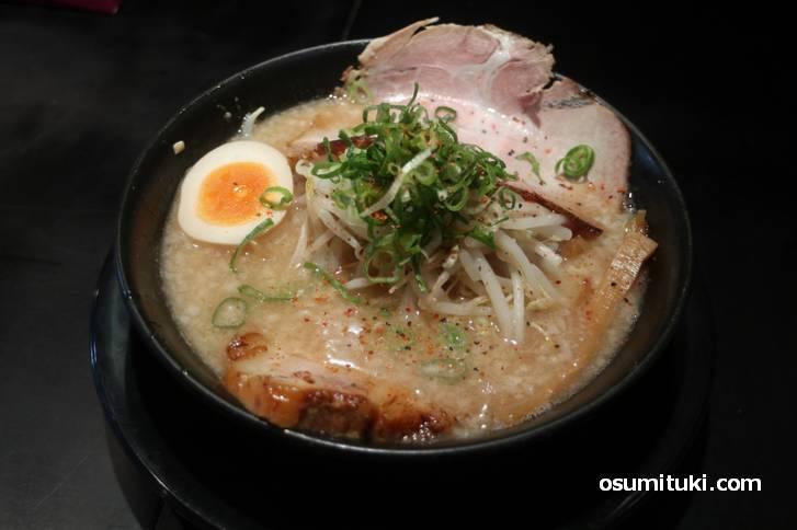 タピオカ麺はこってりスープの「とこ豚骨」でいただきました