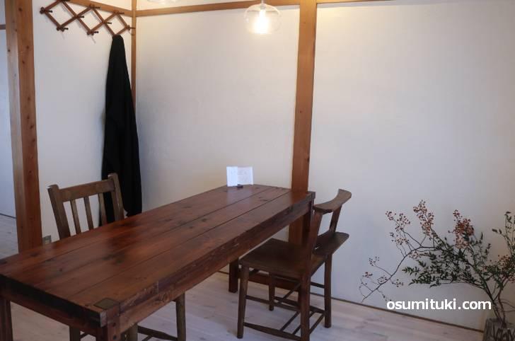 和室を改装した白木の雰囲気が心地よい空間です