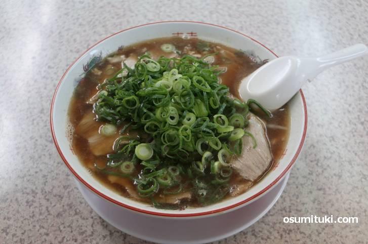青ネギ多めの薄切りチャーシュー多めの京都・豚骨醤油です