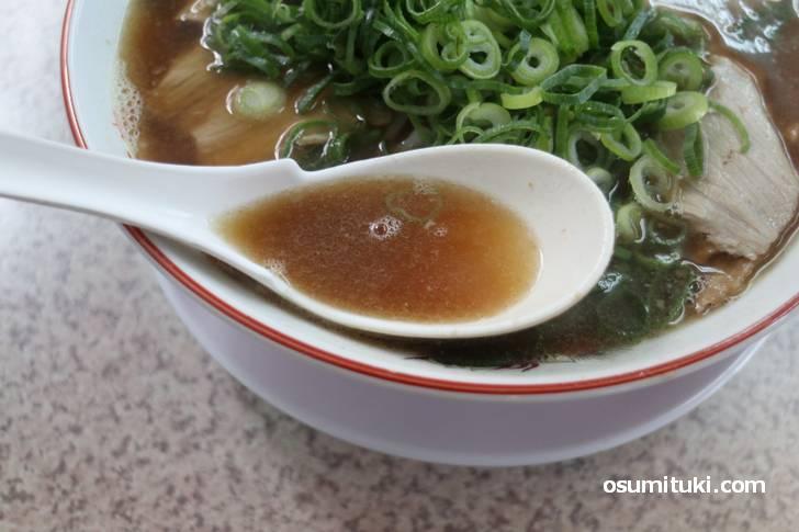 スープは豚骨の旨味を感じ、醤油の香ばしさを味わうタイプ