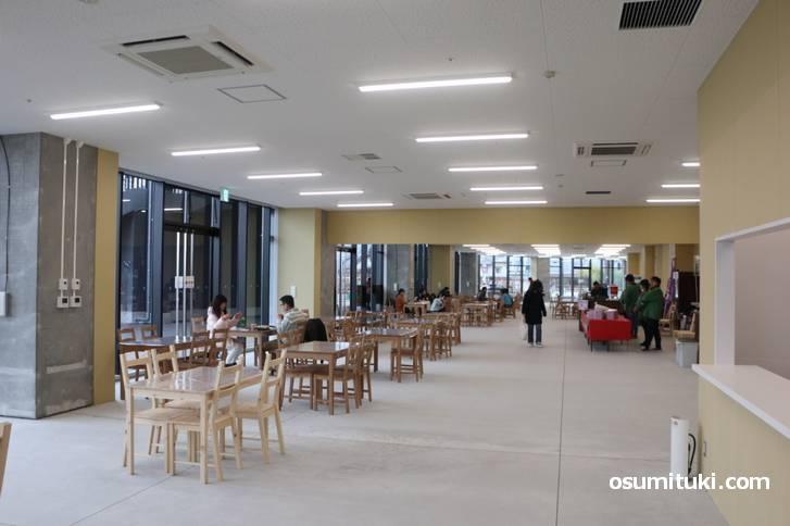 亀岡駅北口から順路を行くと大きな休憩所があります