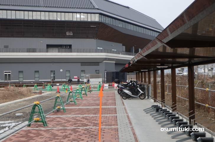駐輪場を通り抜けると京都大河ドラマ館の入口がある南側はすぐ近く