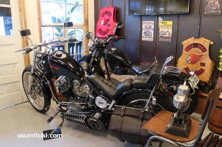 オープン初日のフランキーベース、大型バイクが展示されています