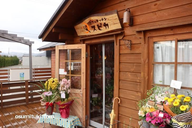 お店は山小屋のようなウッドスタイルです