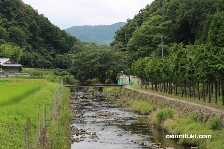 川沿いの細い遊歩道を歩いていくとポツンと一軒湯「山空海温泉」がある