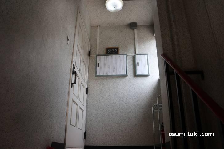 暗い階段を登るとそこにカフェがあった・・・・