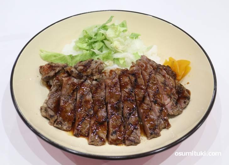 お肉はドーンと150gもあるサーロインステーキ丼