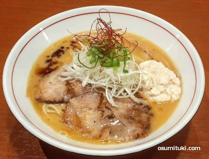 しょうりん名物となる究極の肉スープのこってり醤油系ラーメン「肉白湯そば」