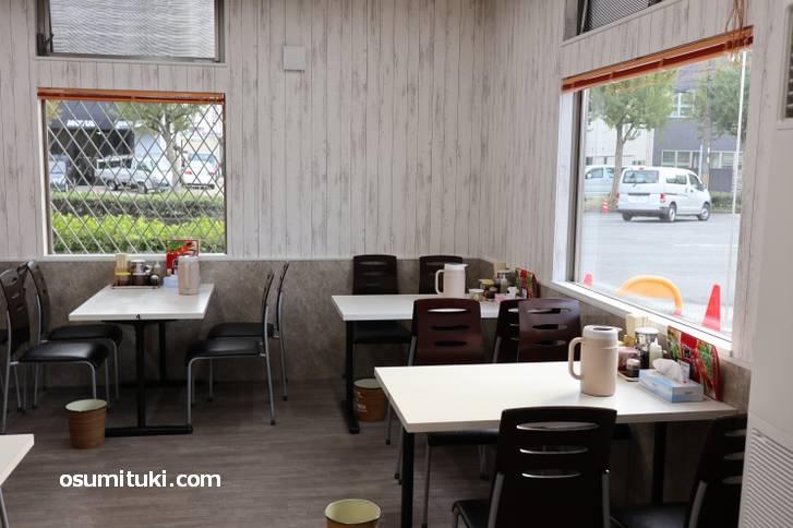 テーブル席は白木の壁でカジュアルに