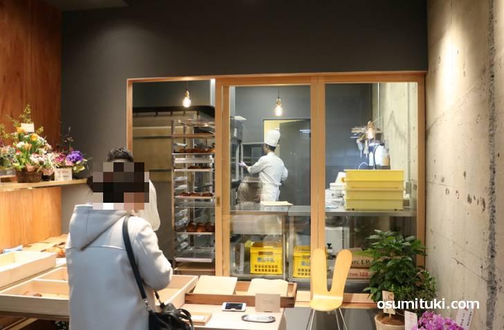 店舗というか工房の店頭でパンを販売しています