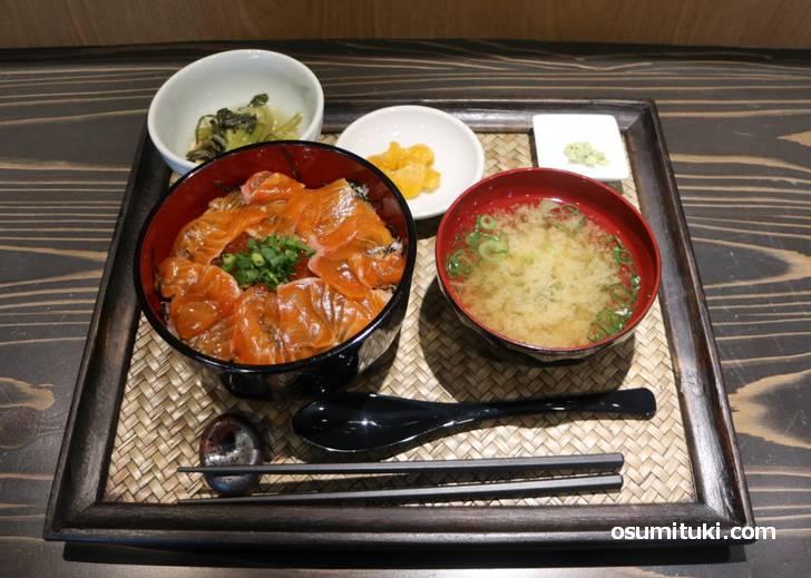 鮭刺身・いくら丼 1600円