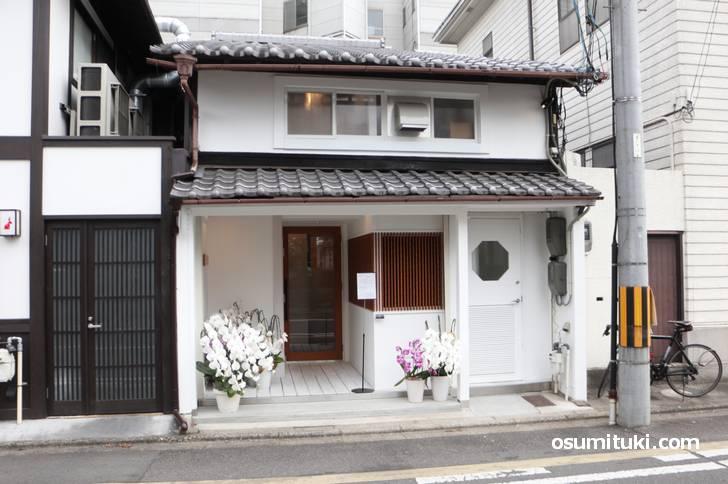 富小路 信(Shin)は京都御苑の南東側(富小路通)にあります