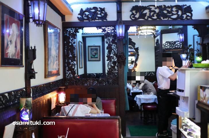 ロマンスを生む青の空間「喫茶ソワレ」の店内