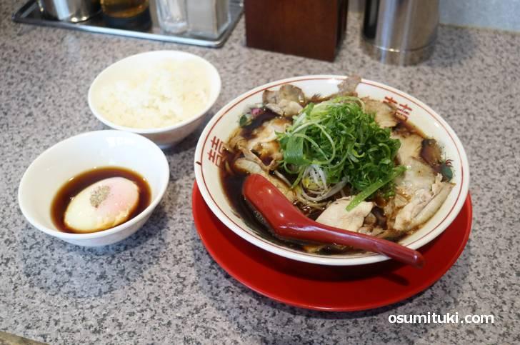 朝ラーメン(800円)は半熟卵のかけご飯がセット