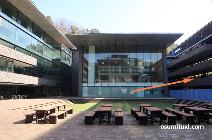 スガキヤ 京都産業大学店 は真理館の中にあります